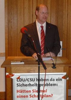 Ortsvorsitzender Lars Knebler kritisiert Straubingers Verhalten gegen einen flächendeckenden Mindestlohn.